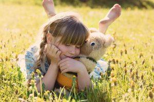 Dziewczynka leży na trawie