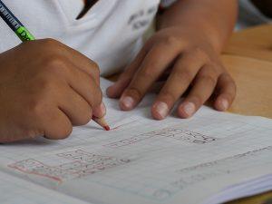 Dziecko piszące test