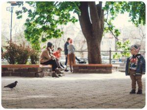 Chłopiec w parku