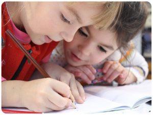 Dziewczynki odrabiają lekcje